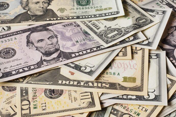 Billetes de dolar (Unsplash Alexander Schimmeck)